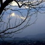 Blick in ein nebelverhangenes Tal