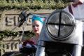 Braut im Beiwagen eines Motorrad