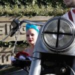 Braut im Beiwagen des Motorrads