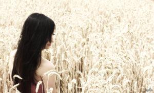 Einsame Frau im Feld