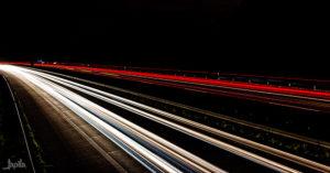 Fahrbahn bei Nacht