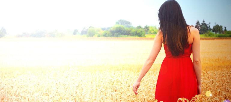 Frau im Feld mit rotem Kleid