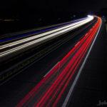 Blick auf die Autobahn in der Nacht