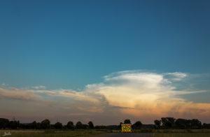 Stromhaus mit großer Wolke
