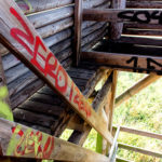 Graffiti auf hölzerner Treppe