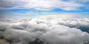 Weiße Wolken über den Wolken