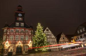 Marktplatz-in-Heppenheim-mit-Weihnachtsbaum