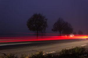 ruecklichter-auf-einer-landstrasse
