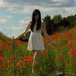 Weißes Kleid im roten Mohn